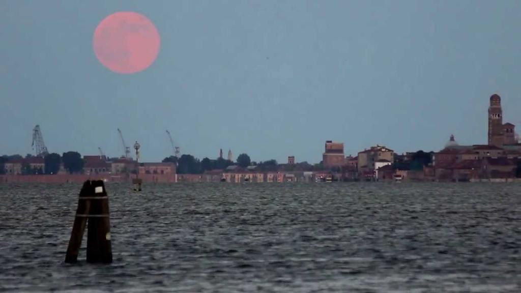 super luna nel cielo di venezia